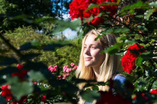 Ruusut ja henkilö Arboretumissa-20150831-6670