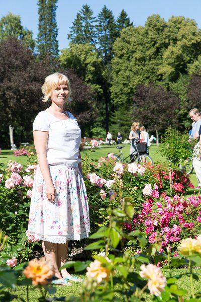 MIelenkiintoisempi potretti ruusujen keskellä seisovasta henkilöstä.