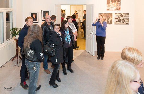 Näyttelyvieraat tutustuvat Pekka Siltalan ottamiin kuviin, joita valokuvaaja itse esittelee.