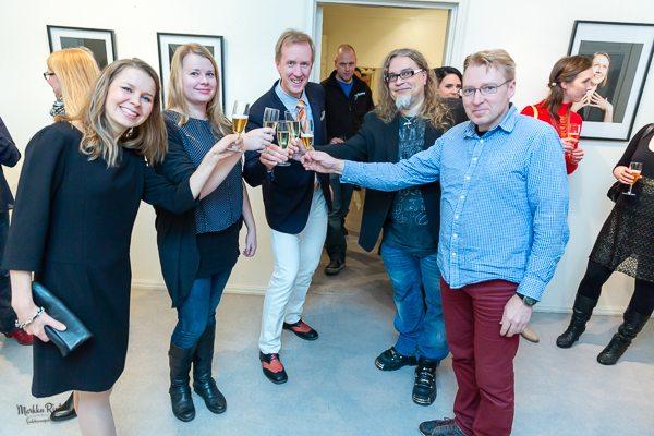 Virallisen osuuden jälkeen oli kilistelyjen ja rennon jutustelun aika. Kuvassa ovat kollegat Kirsi Majamäki ja Mika Hiltunen kimppastudioltamme, Tiina Puputti sekä kollega ja ystävä Krister Löfroth.