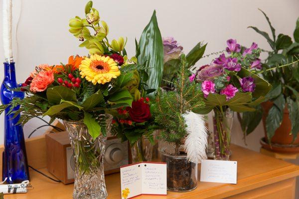 Avajaisiin minulle tuotujen kukkien määrä ja upea tuoksu sai minut ilosta sekaisin. Kukat kuihtuvat aikanaan, mutta niiden muistot jäävät mieleen.   Tiina Puputilta saamani kuusi kestää toivottavasti pitkään. Aion kasvattaa sitä purkissa mahdollisimman kauan.